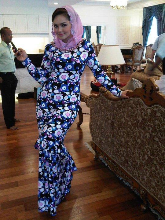 Kalau tidak percaya, tengok Dato' Siti menggayakan baju Rizman
