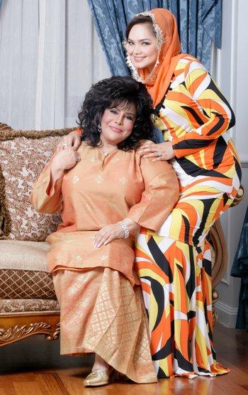 Siti Nurhaliza dan Sharifah Aini memakai baju raya