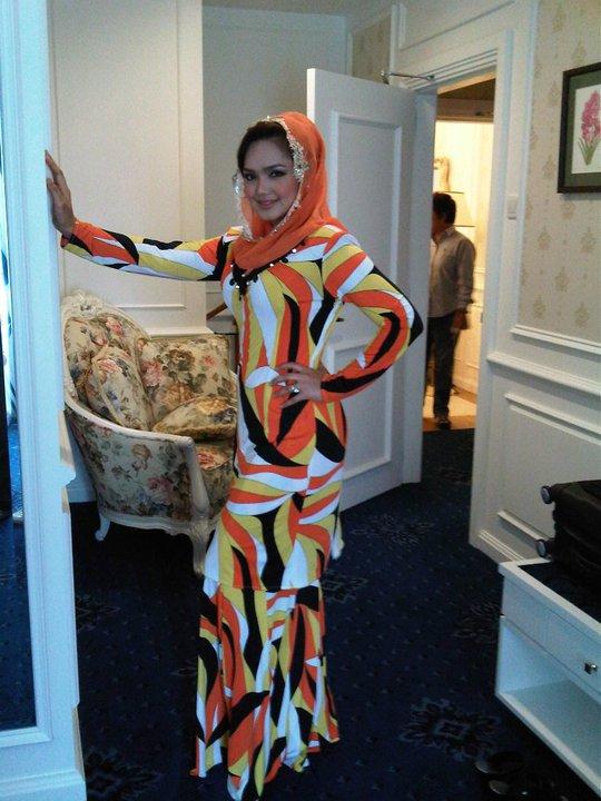 Siti menggayakan baju Rizman Ruzaini . Yang ni beliau memakai baju